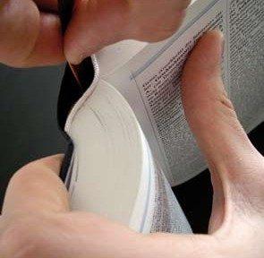 Lesebändchen mit der Klebefläche von innen an den Buchrücken legen.