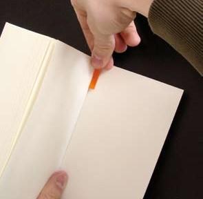 Bei Soft Cover Büchern lassen sich die Lesebändchen gut innen auf die hintere Umschlagsseite kleben.